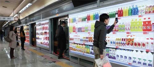 El comercio electrónico, los códigos QR y el supermercado virtual triunfan en el metro de Corea